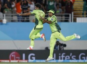 Pakistan's Sohail Khan (L) celebrates dismissing South Africa's AB de Villiers with Rahat Ali (R) during their Cricket World Cup match in Auckland