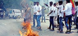 Outfit burns Rajini effigy over political entry, fans pay back